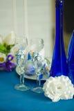 Bridal bukiet błękitne irysowe białe tulipan butelki i szkła Fotografia Stock