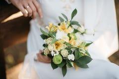 Bridal bukiet w rękach Zdjęcia Stock