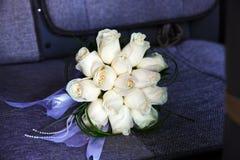 Bridal bukiet w samochodowym siedzeniu Zdjęcie Stock
