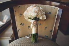 Bridal bukiet z różowymi różami na krześle Fotografia Royalty Free