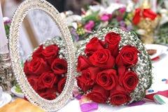 Bridal czerwony ślubny bukiet tła błękitny pudełka pojęcia konceptualny dzień prezenta serce odizolowywająca biżuterii listu życi Zdjęcia Royalty Free