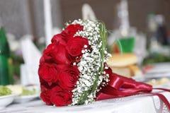 Bridal czerwony ślubny bukiet tła błękitny pudełka pojęcia konceptualny dzień prezenta serce odizolowywająca biżuterii listu życi Obraz Stock