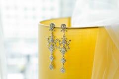 Bridal przesłona i długo Srebni kolczyki z diamentami fotografia royalty free