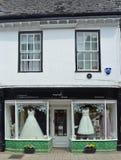 Bridal Sklepowy okno z sukniami na przedstawieniu obraz stock