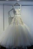 Bridal suknia podczas Viktor i Rolf Mariage Skaczemy, lata 2018 kolekci prezentacja/ Zdjęcia Stock