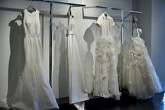 Bridal suknie podczas Viktor Mariage Rolf i Skaczą, lata 2018 kolekci prezentacja/ Obrazy Royalty Free