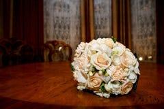 brideÑŽ的美丽的婚礼花束 免版税库存图片