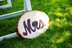 Bride在婚礼的Wood Sign夫人 库存照片