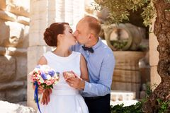 Free Bride And Groom Kissing Outdoors. Wedding Day Of Happy Bridal Couple, Newlywed Woman And Man Embracing With Love In The Royalty Free Stock Images - 101117249