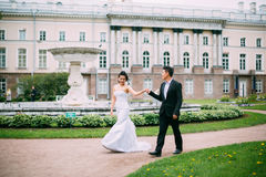 Free Bride And Groom Posing On The Streets Stock Photo - 82870590
