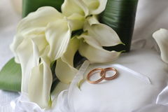 Bride bouquet and rings Royalty Free Stock Photos