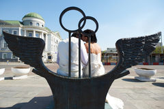 Bride and groom on bronze bench Stock Images
