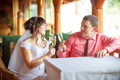 The bride and groom with champagne glasses Royalty Free Stock Photography