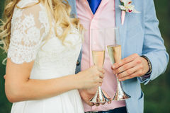 Bride and groom holding champagne glasses Royalty Free Stock Photography