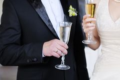 Bride and groom holding glasses Royalty Free Stock Photos