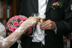Bride and groom holding glasses of champagne Royalty Free Stock Photos