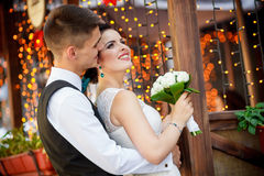 The bride and groom kiss Royalty Free Stock Photography