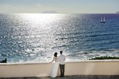 Bride and groom near sea in wedding day Royalty Free Stock Photos