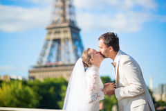 Bride and groom in Paris, near the Eiffel tower Stock Photography