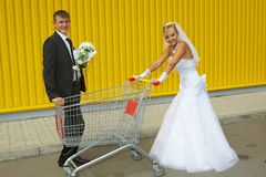 Bride and groom playing with a basket of supermarket Royalty-vrije Stock Afbeeldingen