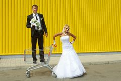 Bride and groom playing with a basket of supermarket Royalty Free Stock Photos