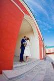 Bride and groom standing in the arch Royalty Free Stock Images