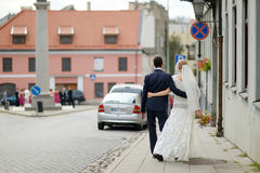Bride and groom walking together Royalty Free Stock Photos