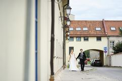 Bride and groom walking in a town Royalty Free Stock Images