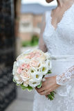 Bride holding buquet Royalty Free Stock Photos