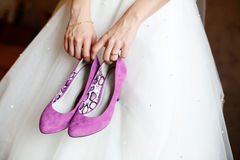 Bride holding shoes Royalty Free Stock Photography