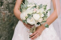 bride holds in her hands her bouquette of white and pink roses o Royalty Free Stock Photography