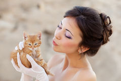 Bride with kitten Royalty Free Stock Photos