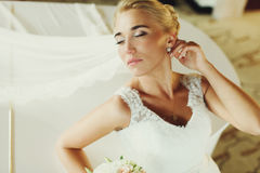 Bride laugh broad sitting at a white piano Royalty Free Stock Photography