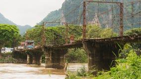 Bride locale et pont concret dans le vangvieng Laos photographie stock libre de droits