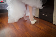 Bride puts on shoes Royalty Free Stock Photography
