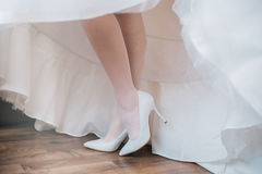 The bride is putting on her shoes. For the wedding day Royalty Free Stock Photos
