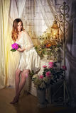 Bride& x27; ramalhete louro 'sexy' da manhã de s em suas mãos Fotografia de Stock