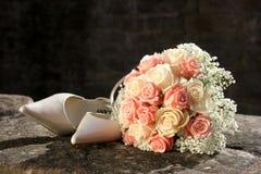 Bride´s Blumenstrauß Schuhe Lizenzfreies Stockbild