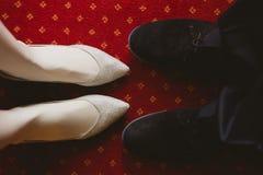 Bride&-39; s i groom&-39; s buty dalej Zdjęcie Stock