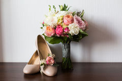Bride`s wedding accessories: wedding shoes and bouquet or boutonniere Royalty Free Stock Photos