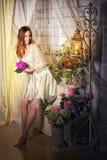 Bride& x27; sexy blonder Blumenstrauß s-Morgens in ihren Händen Stockfotografie