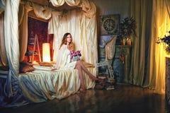 Bride& x27; sexy blonder Blumenstrauß s-Morgens in ihren Händen Lizenzfreie Stockfotos