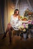 Bride& x27; sexy blonder Blumenstrauß s-Morgens in ihren Händen Lizenzfreies Stockfoto