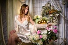 Bride& x27; sexy blonder Blumenstrauß s-Morgens in ihren Händen Stockfotos