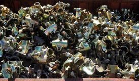 Brides de tuyau toutes neuves d'échafaudage dans un tas Ils sont employés principalement dans la construction pour la connexion d Images stock