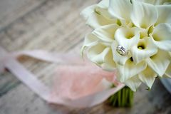 Brides wedding bouquet with wedding rings royalty free stock photography
