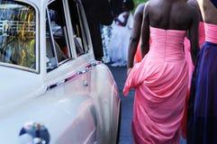 Bridesmaid идя через день свадьбы Стоковые Фотографии RF