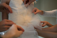Bridesmaid помогает невесте одеть Стоковое фото RF