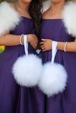 2 bridesmaids в пурпуре держа poms pom белого пера Стоковое Фото