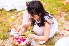 Bridesmaids свадьбы с корзиной лепестка цветка Стоковые Изображения RF